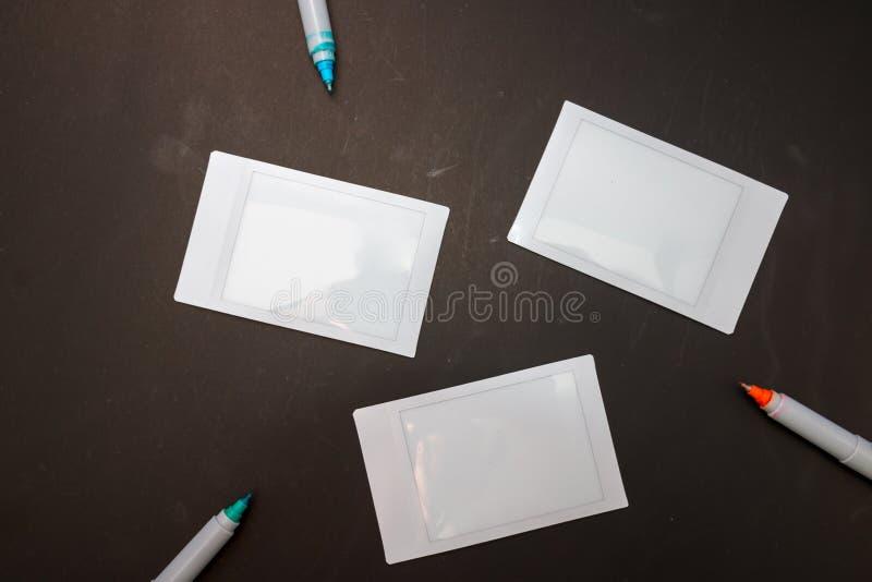 Vista superiore del film vuoto della macchina fotografica istantanea tre con la penna di scrittura immagini stock
