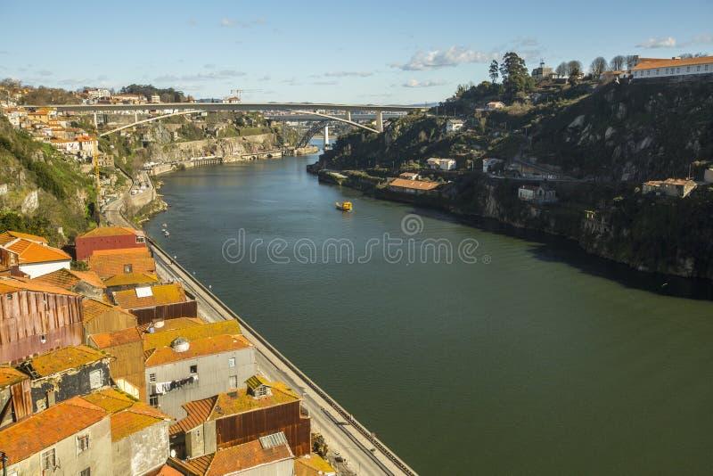 Vista superiore del fiume del Duero al centro di Oporto Nel 1996, l'Unesco ha riconosciuto Città Vecchia di Oporto come sito del  fotografie stock libere da diritti