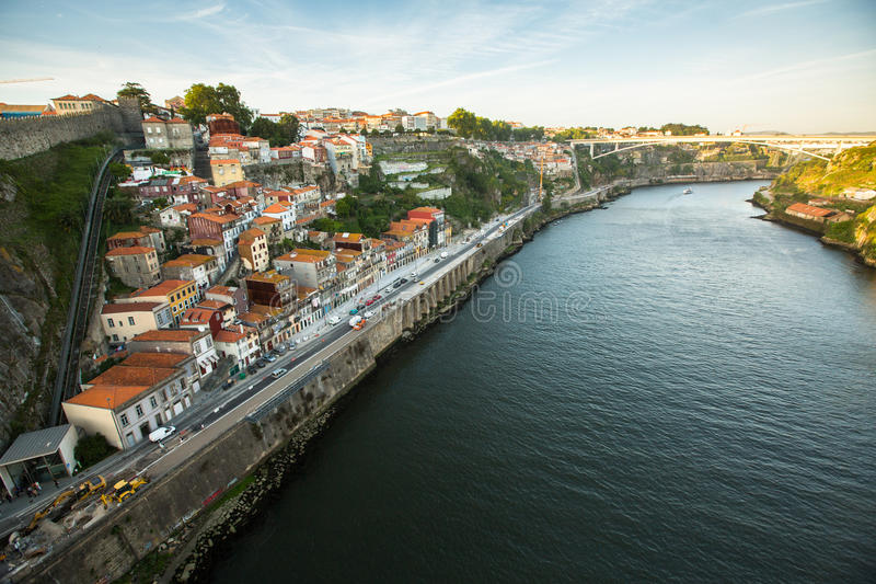 Vista superiore del fiume del Duero al centro di Oporto Nel 1996, l'Unesco ha riconosciuto Città Vecchia di Oporto come sito del  immagini stock libere da diritti