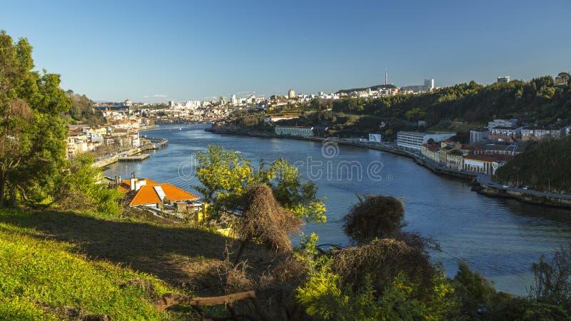 Vista superiore del fiume del Duero a Oporto Nel 1996, l'Unesco ha riconosciuto Città Vecchia di Oporto come sito del patrimonio  fotografie stock