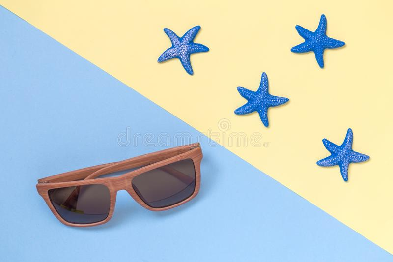 Vista superiore del fondo di estate delle stelle marine e di retro occhiali da sole immagine stock