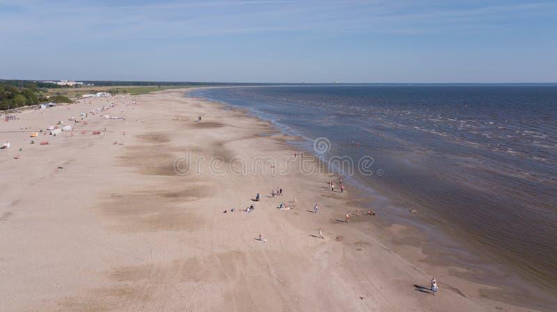 Vista superiore del fuco aereo della spiaggia del Mar Baltico di Parnu Estonia fotografia stock