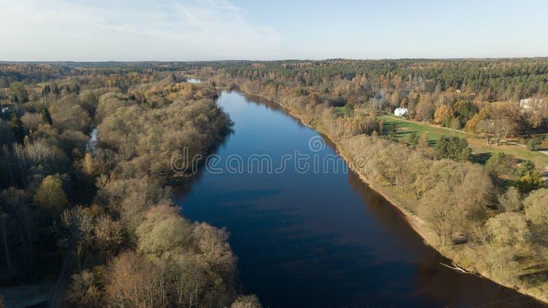 Vista superiore del fuco aereo della spiaggia del Mar Baltico di Parnu Estonia immagini stock