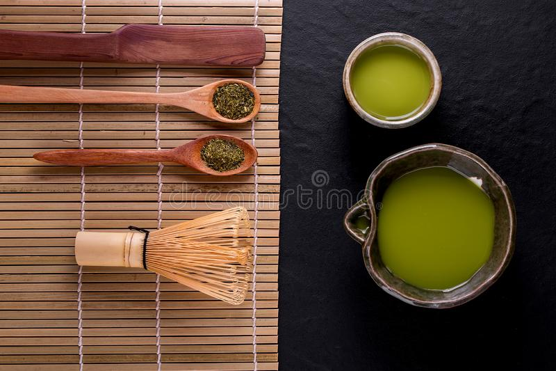 Vista superiore del matcha del t? verde in una ciotola su superficie di legno fotografia stock libera da diritti