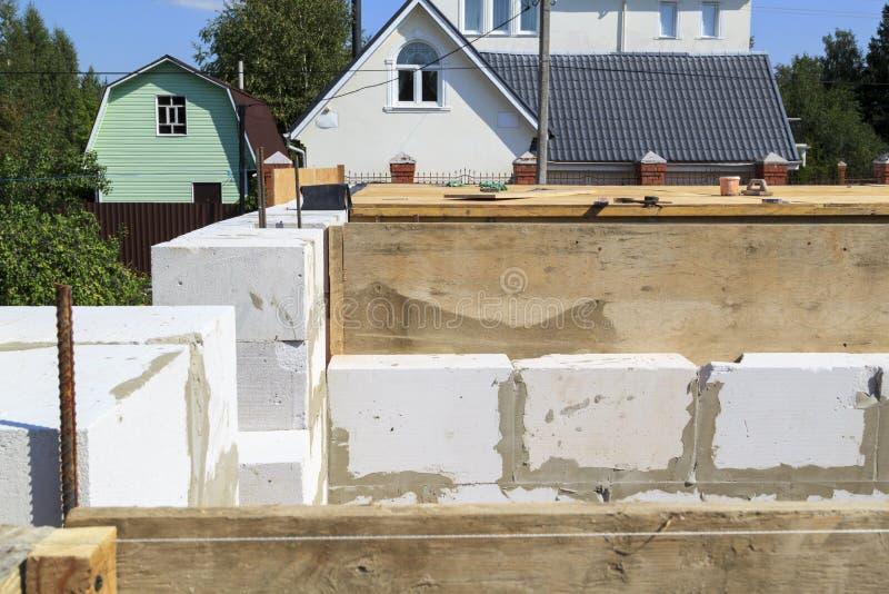 vista superiore del pavimento della costruzione fra i pavimenti nella casa di campagna in costruzione dal blocchetto di schiuma fotografie stock libere da diritti