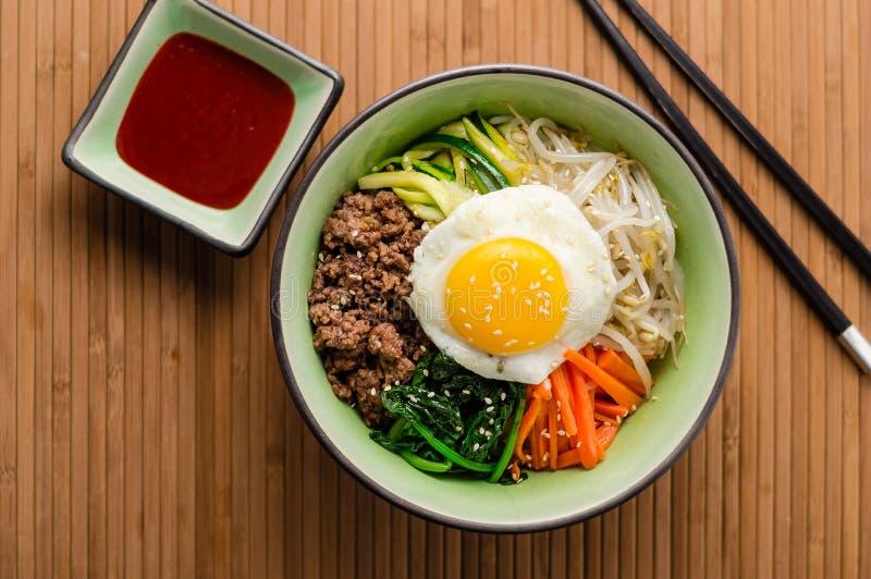 Vista superiore del piatto coreano del Bibimbap immagini stock libere da diritti