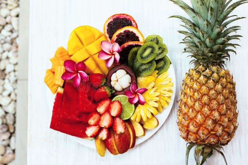 Vista superiore del piatto e dell'ananas della frutta immagine stock libera da diritti