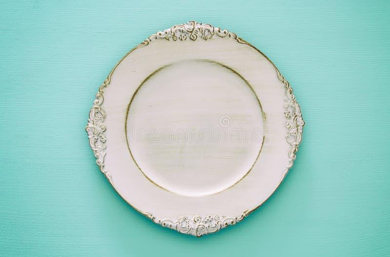 Vista superiore del piatto vuoto bianco d'annata Disposizione piana immagini stock libere da diritti