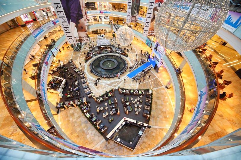 Vista superiore del podio blu alla sfilata di moda immagine stock