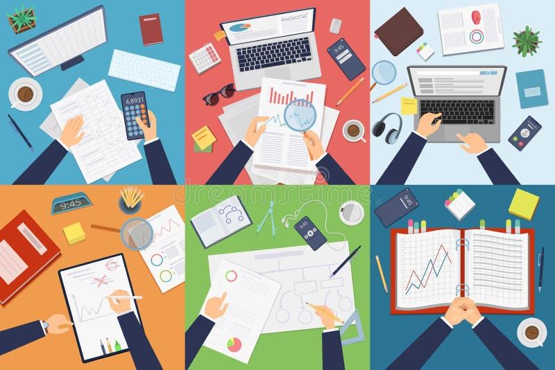 Vista superiore del posto di lavoro Funzionamento professionale dell'uomo d'affari alla tavola che analizza i documenti sulle imm illustrazione di stock