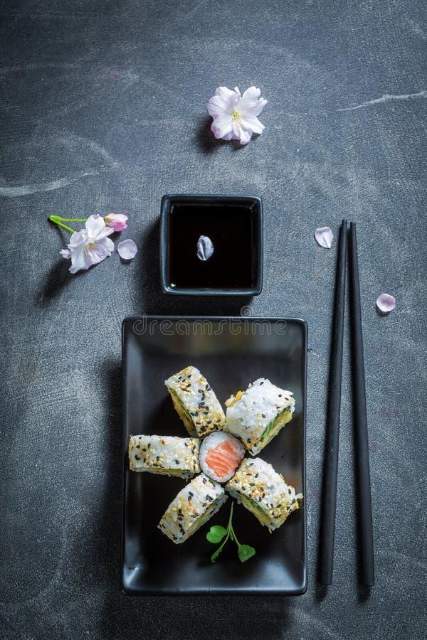 Vista superiore del preparato dei sushi con la salsa di soia e del wasabi immagine stock