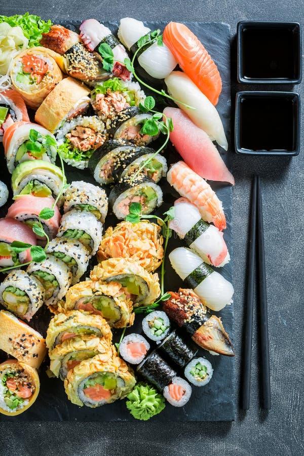 Vista superiore del preparato dei sushi fatta del salmone e dell'avocado fotografie stock