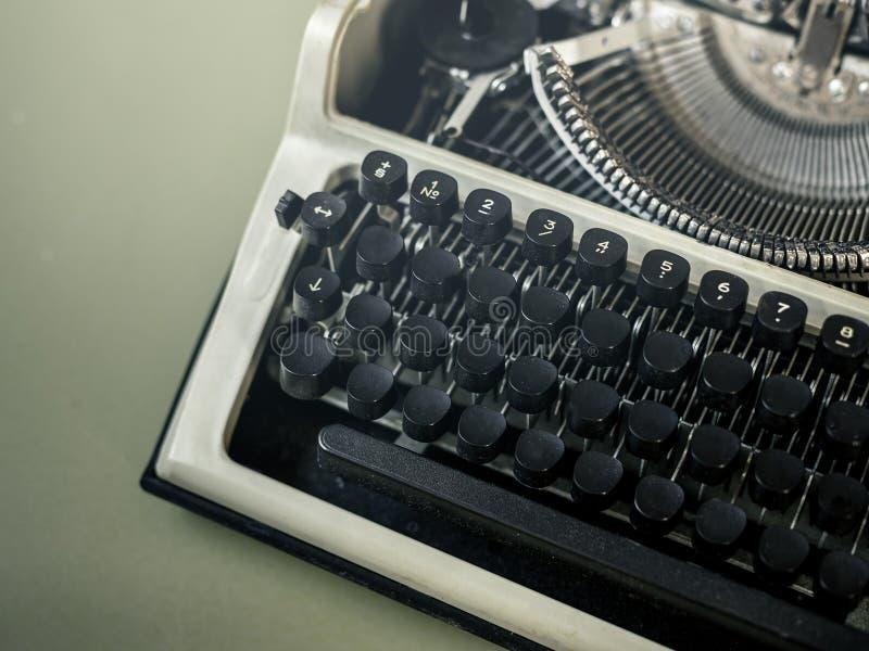 Vista superiore del primo piano della macchina da scrivere Messaggio N dell'attività creativa di giornalismo fotografia stock