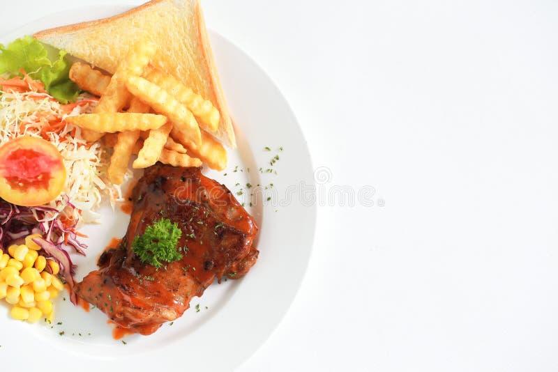 Vista superiore del raccordo arrostito del pollo con gli ortaggi freschi su briciolo fotografia stock