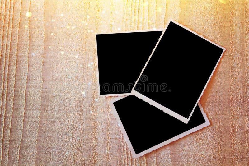Vista superiore del telaio in bianco delle foto su fondo di legno immagine stock libera da diritti