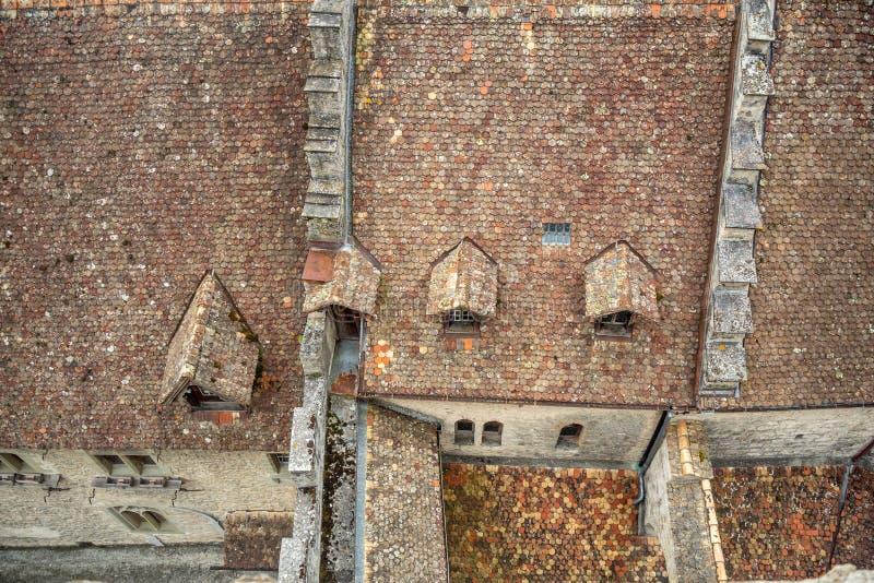 Vista superiore del tetto di mattonelle rosse di chateau de chillon il bello castello in Svizzera fotografie stock