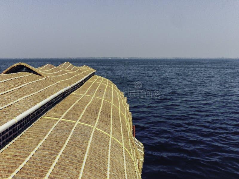Vista superiore del tetto di una casa galleggiante nel Kerala, India immagine stock libera da diritti