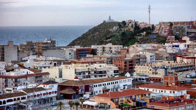 Vista superiore del tetto di una città spagnola con il mare nei precedenti fotografia stock