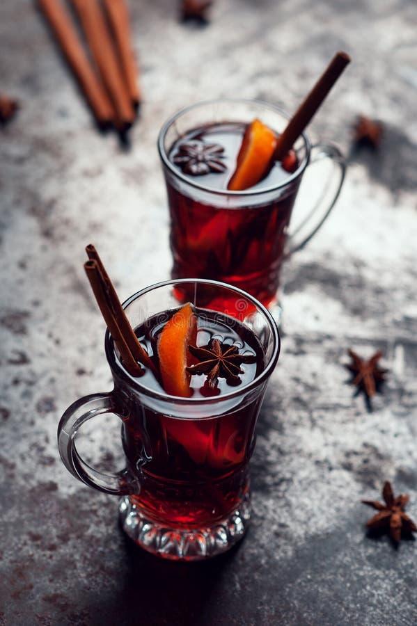 Vista superiore del vin brulé tradizionale di inverno in vetro d'annata su fondo metallico, sul fuoco selettivo e sull'immagine t immagine stock