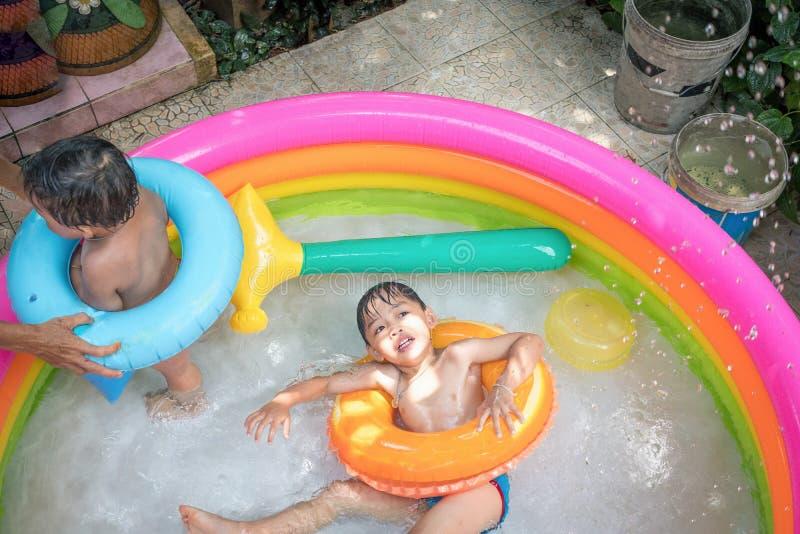 Vista superiore dell'acqua del gioco del ragazzo nello stagno del kiddie Attività di svago immagine stock libera da diritti