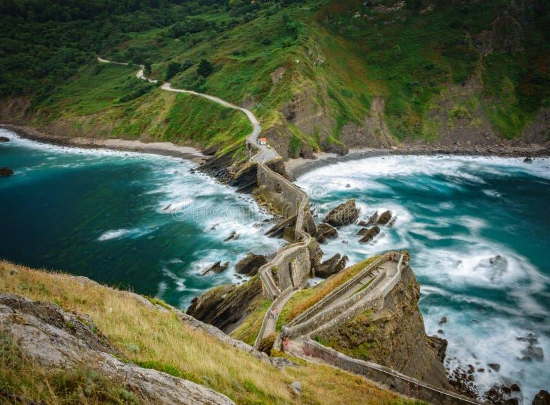 Vista superiore dell'acqua di seta dell'oceano di zigzag di San Juan de Gaztelugatxe fotografie stock