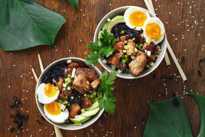 Vista superiore dell'alimento due del colpo della ciotola del riso fritto del pollo delle uova asiatiche del raccordo immagine stock libera da diritti