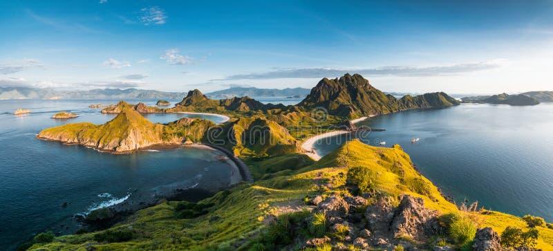 Vista superiore dell'isola di Padar in una mattina dall'isola di Komodo fotografia stock libera da diritti
