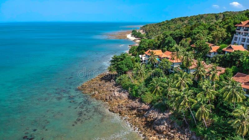 Vista superiore dell'isola tropicale del mare fotografie stock