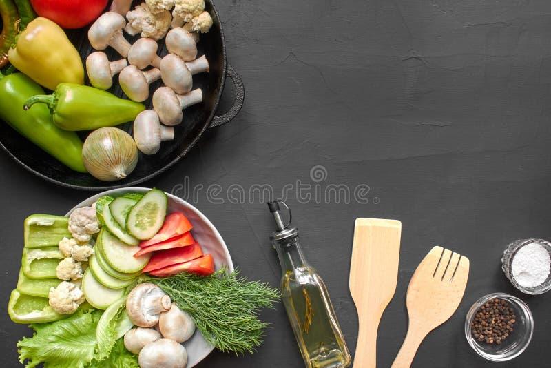 Vista superiore dell'ortaggi freschi per nutrizione sana Fondo nero con copyspace fotografia stock