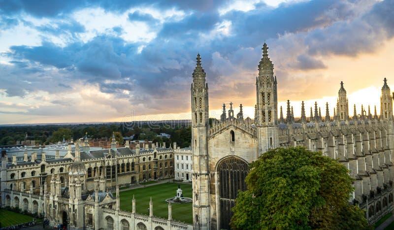 Vista superiore dell'università di Cambridge al bello tramonto ed al cielo drammatico, Cambridge, Regno Unito immagine stock