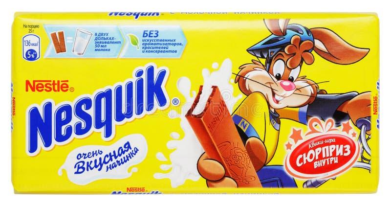 Vista superiore della barra del cioccolato al latte di Nestle Nesquik isolata su bianco fotografie stock
