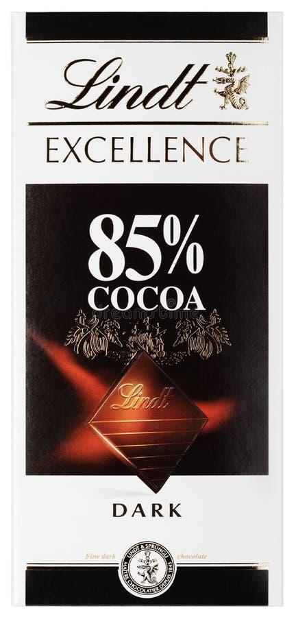 Vista superiore della barra di cioccolato fondente svizzera del cacao di ECCELLENZA 85% di Lindt isolata su bianco fotografie stock