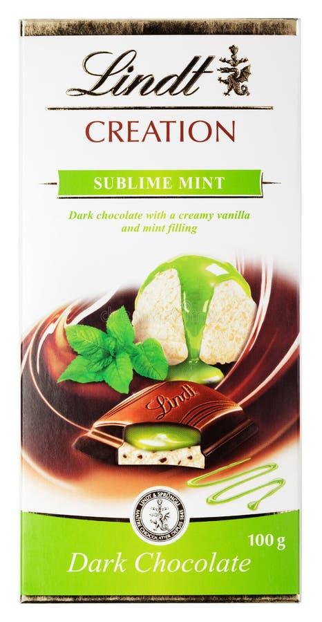 Vista superiore della barra di cioccolato fondente svizzera della menta sublime della creazione di Lindt isolata su bianco fotografia stock