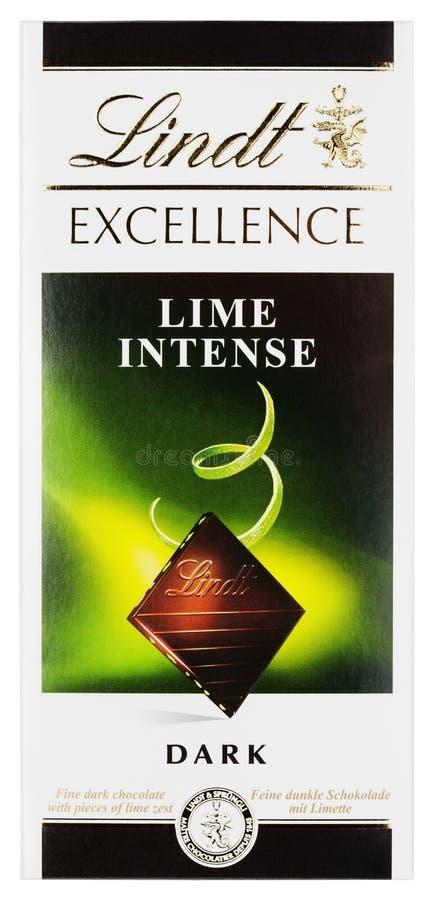 Vista superiore della barra di cioccolato fondente svizzera intensa della calce di ECCELLENZA di Lindt isolata su bianco fotografia stock