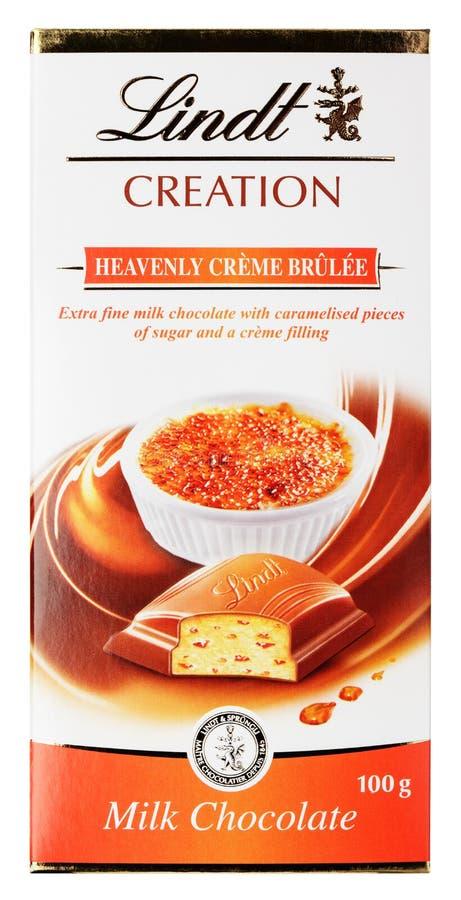 Vista superiore della barra svizzera del cioccolato al latte della CRÈME-BRULÉE celeste della creazione di Lindt isolata su bianc immagini stock libere da diritti