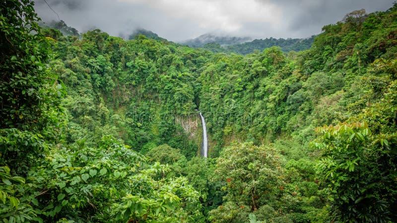 Vista superiore della cascata di Fortuna de San Carlo della La in Costa Rica fotografie stock