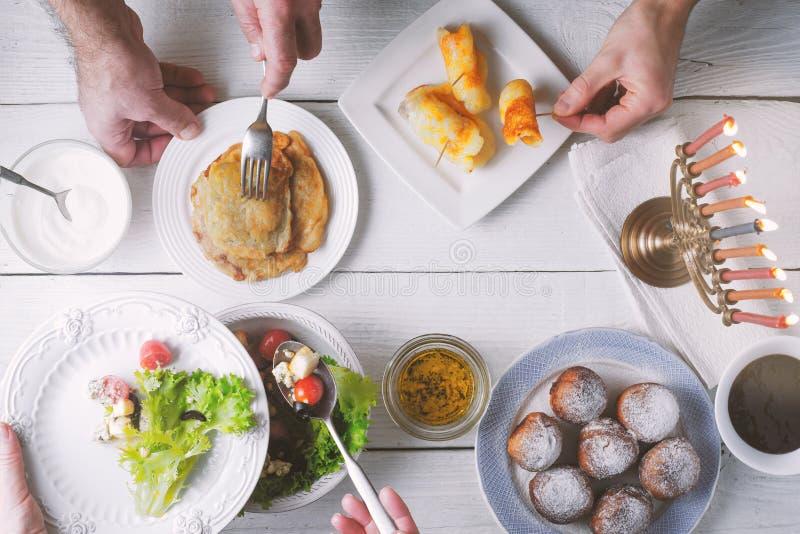Vista superiore della cena tradizionale di Chanukah fotografie stock
