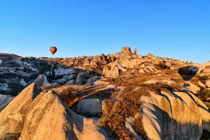 Vista superiore della città e del castello di Uchisar ad alba Cappadocia La Turchia immagini stock