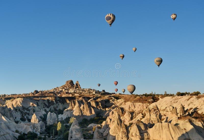 Vista superiore della città e del castello di Uchisar ad alba Cappadocia La Turchia immagine stock libera da diritti