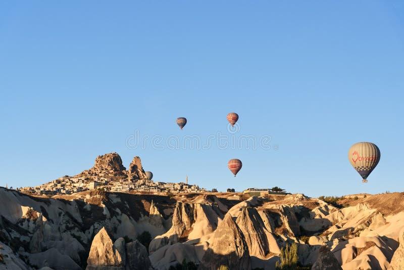 Vista superiore della città e del castello di Uchisar ad alba Cappadocia La Turchia fotografie stock libere da diritti