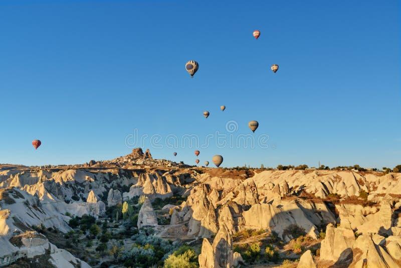 Vista superiore della città e del castello di Uchisar ad alba Cappadocia La Turchia immagini stock libere da diritti
