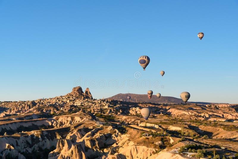 Vista superiore della città e del castello di Uchisar ad alba Cappadocia La Turchia immagine stock