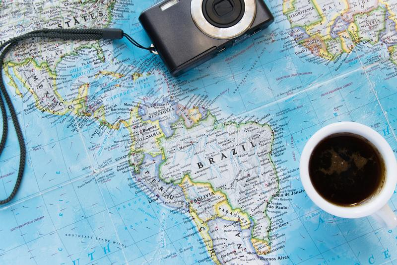 Vista superiore della disposizione piana di avventura con la tazza e la macchina fotografica di caffè Esplori il nuovo mondo o la fotografia stock libera da diritti