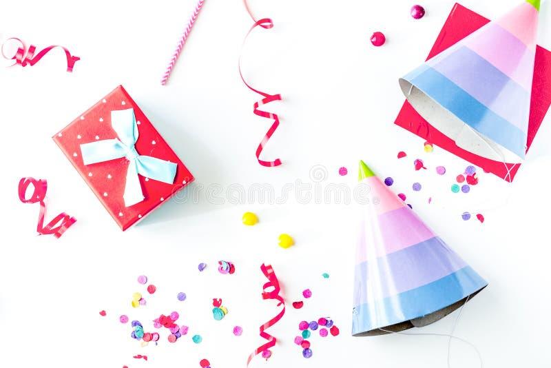 Vista superiore della festa di compleanno di concetto su derisione bianca del fondo su immagine stock libera da diritti