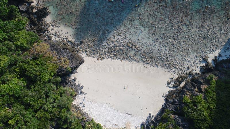 Vista superiore della foto aerea del fuco della spiaggia della baia di Nui, parte dell'isola tropicale iconica di Phi Phi immagini stock libere da diritti