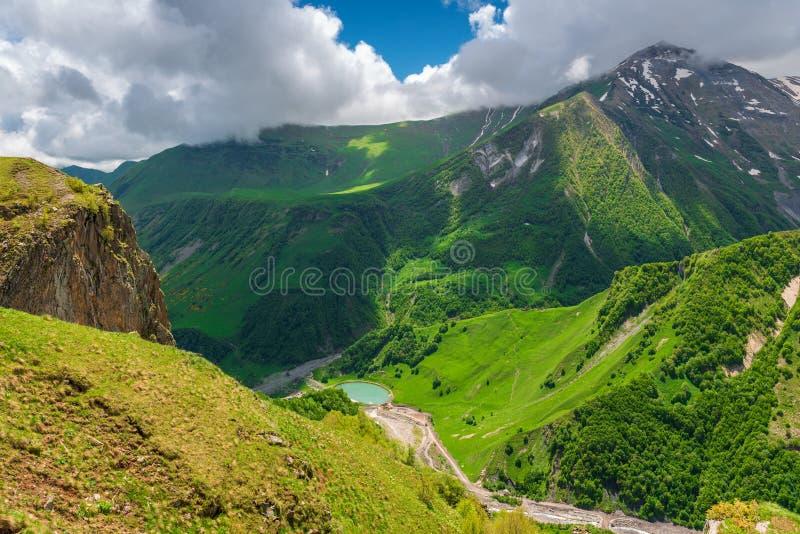 Vista superiore della gola pittoresca del Caucaso immagini stock