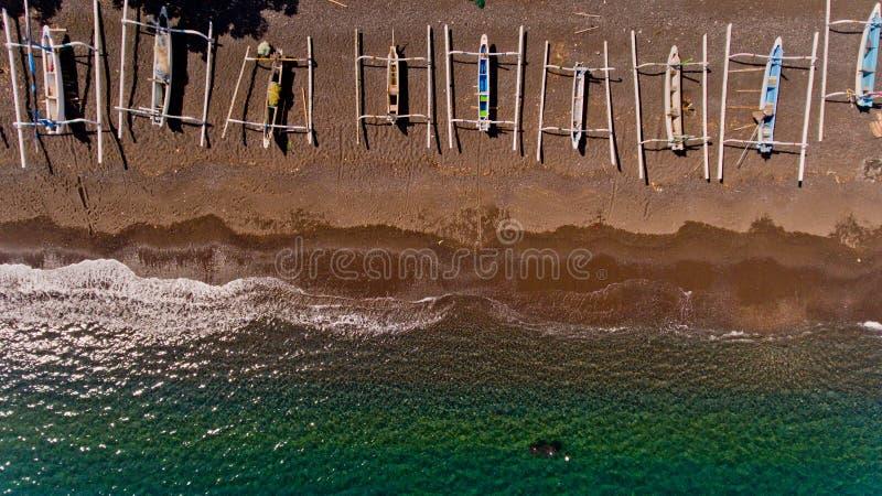 Vista superiore della linea della costa dell'acqua con la spiaggia pietrosa con le barche immagine stock
