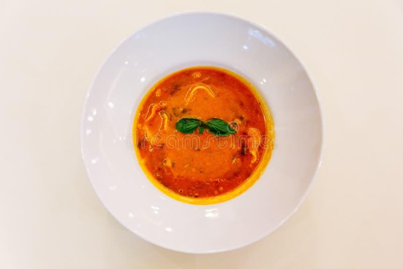 Vista superiore della minestra dei ravioli con basilico in ciotola bianca sulla tovaglia bianca fotografia stock libera da diritti