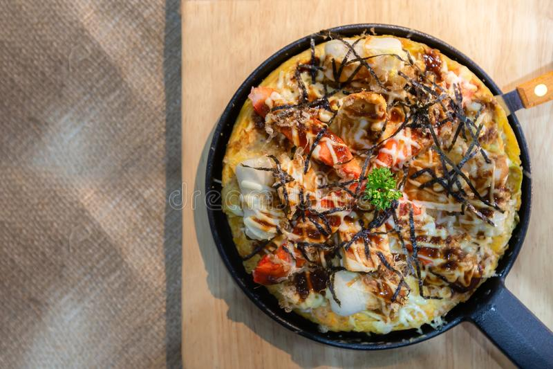 Vista superiore della pizza tradizionale italiana saporita deliziosa dei frutti di mare degli alimenti a rapida preparazione fotografie stock