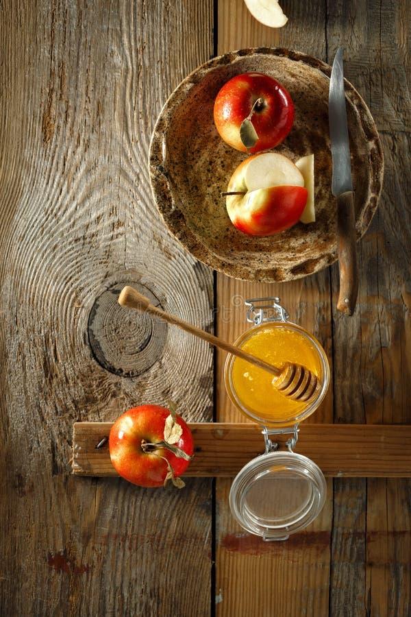 Vista superiore della prima colazione delle mele del fondo di legno casalingo rosso succoso maturo sano del miele rustica fotografia stock